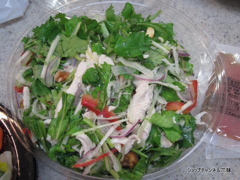 蒸し鶏とパクチーのやみつきサラダ 100g 562円(税込)