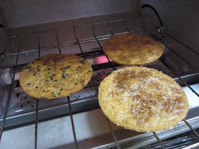 湿気た煎餅屋仙七のぬれせんをオーブントースターで焼いてみる。