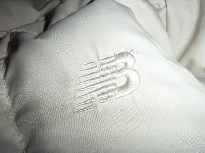 ニューバランスのロゴ刺繍